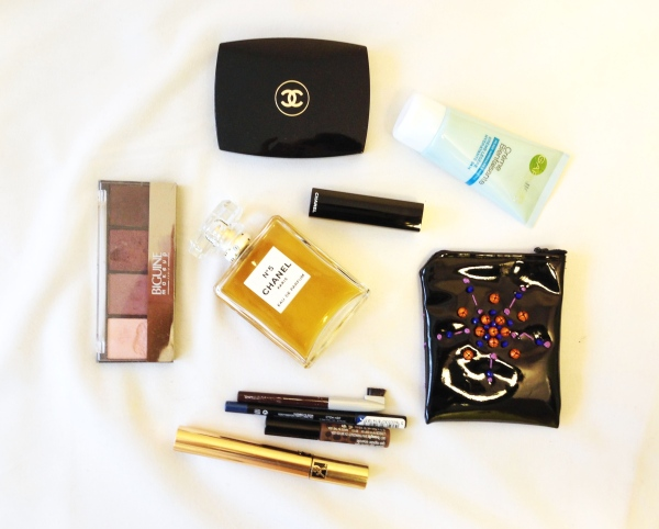 A while ago I posted a picture of some autumn essentials love on Instagram: a Garnier moisturiser (which smells heavenly), a red lipstick and a blusher from Chanel, Benefit brows products to keep my brows in shape and a mascara from YSL, and my new coin purse.